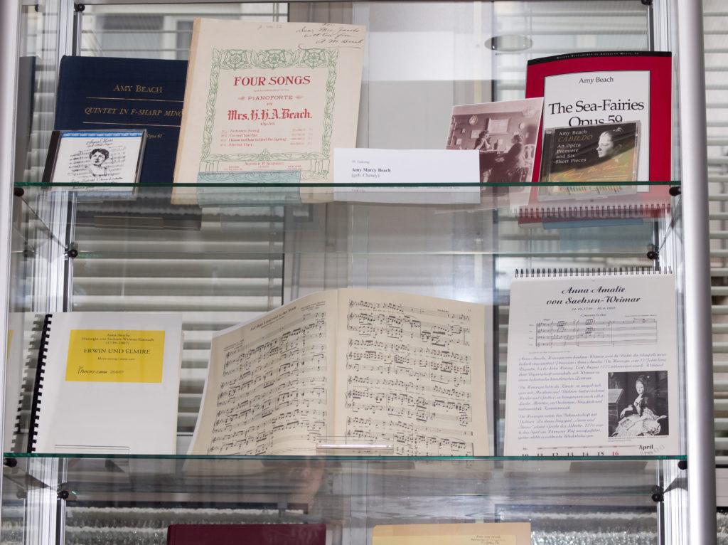 Eine Werke von Komponistinnen sind exemplarisch im Schaukasten des Archivs für Frau und Musik ausgestellt