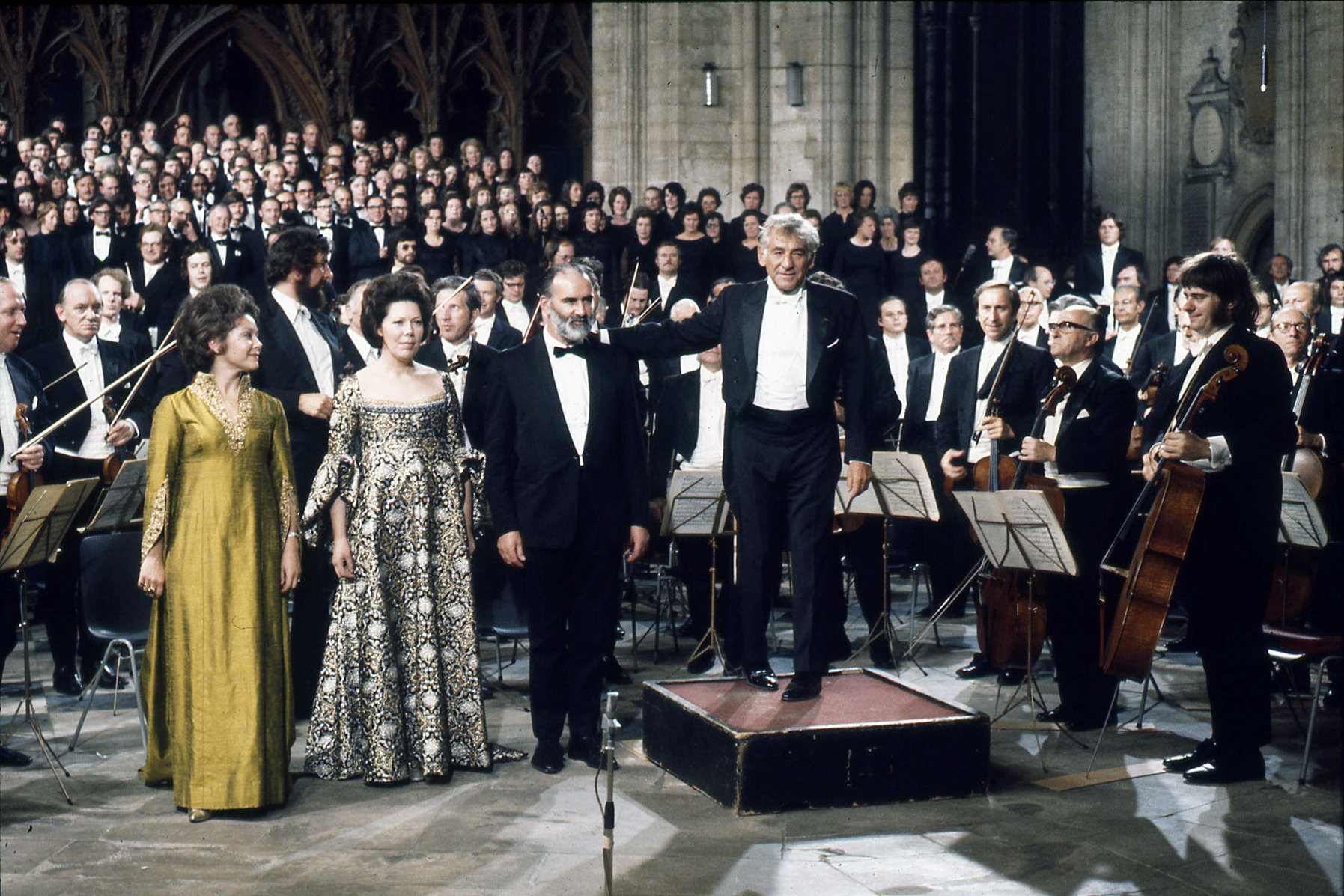 """Leonard Bernstein und das London Philharmonic Orchestra bei der Aufführung von Mahlers """"Auferstehungssymphonie"""""""