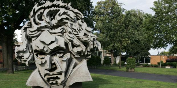 """Beethon"" – Beethoven-Denkmal vor Beethovenhalle Bonn"