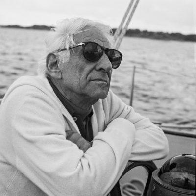 Leonard Bernstein beim Segeln, 1987
