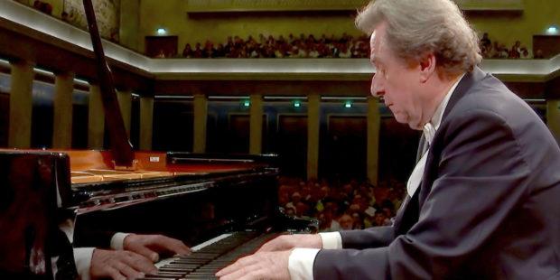 """Filmstill aus """"Brahms' Klavierkonzert Nr. 2 – Lahav Shani trifft Rudolf Buchbinder"""""""
