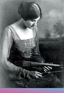 Rebecca Clarke mit Viola, 1919