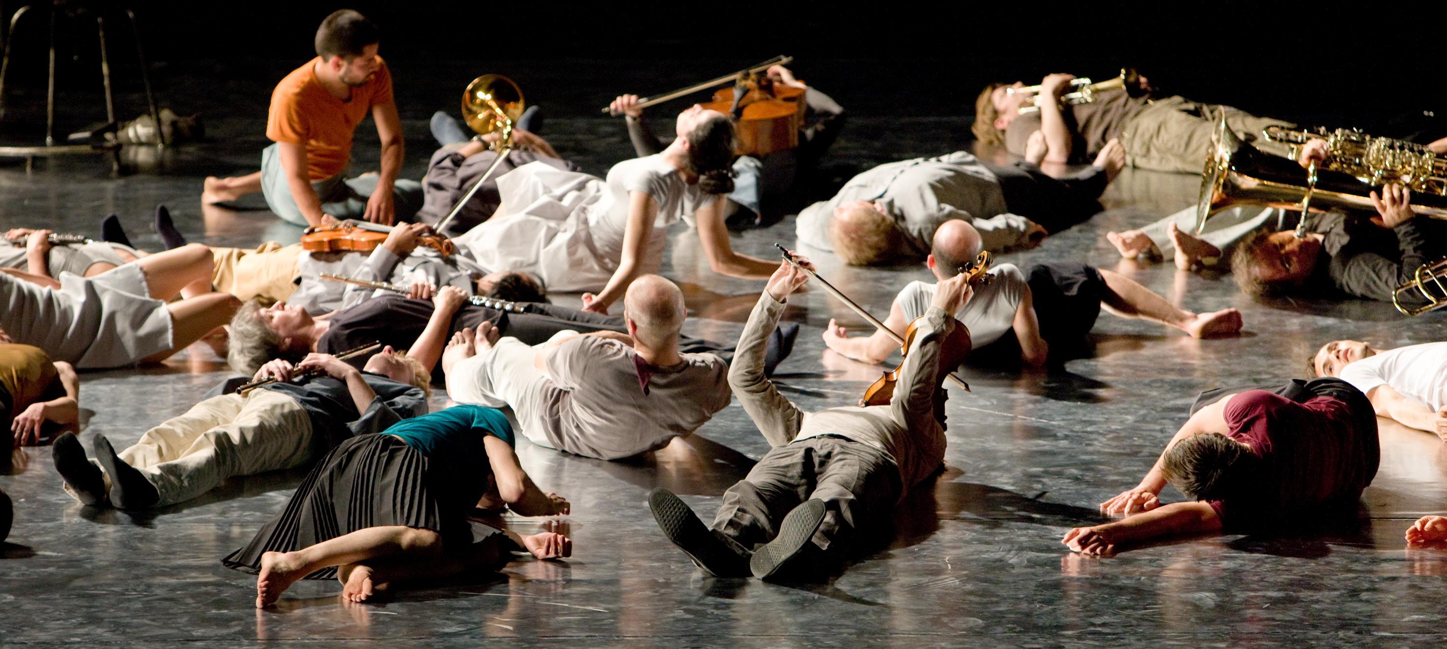 """Szenenbild aus """"Jagden und Formen"""", einem musikalisch-choreografischen Projekt von Ensemble Modern und Sasha Waltz & Guests"""