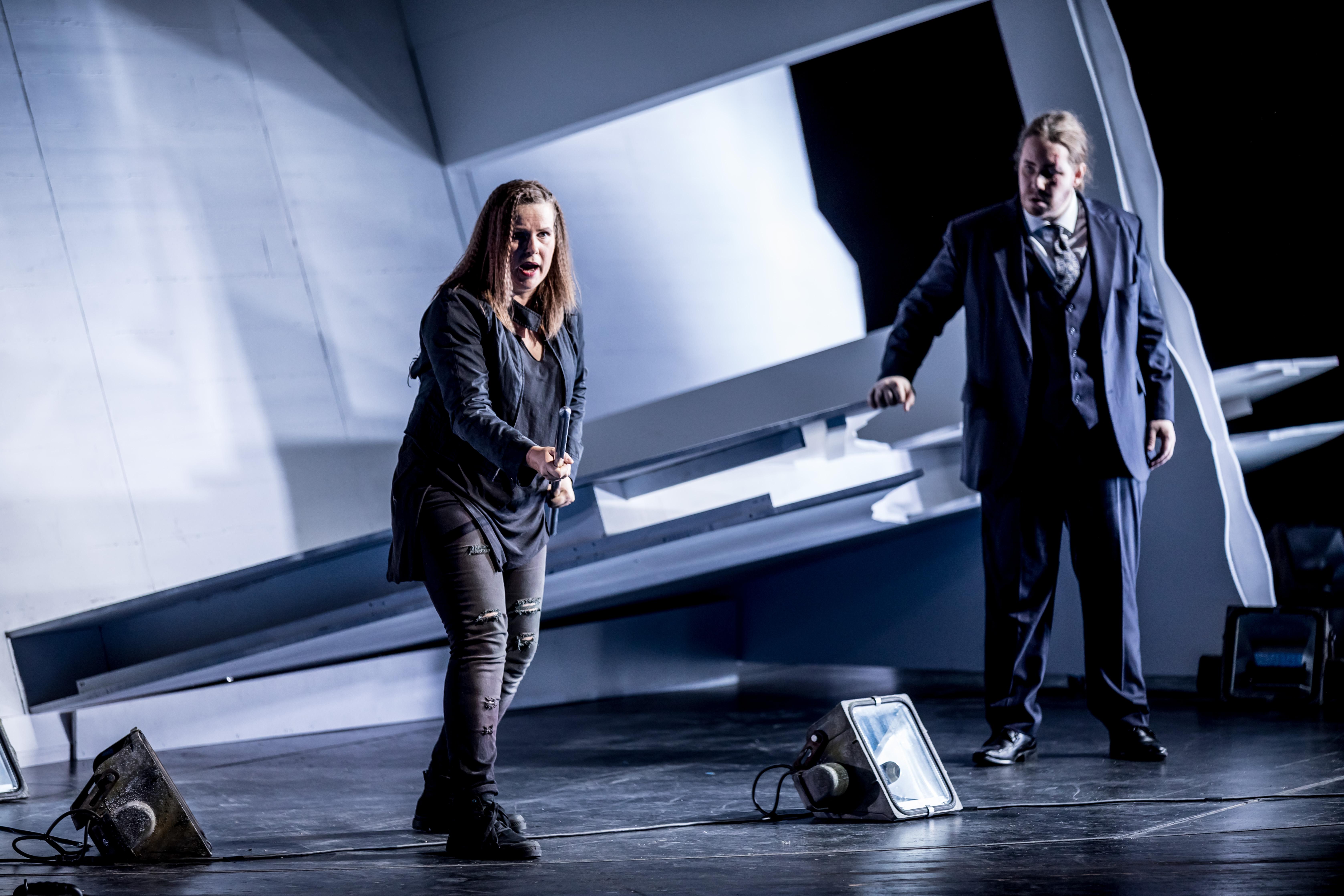 "Julia Borchert und Lucia Lucas in Wagners ""Walküre"" am Theater Magdeburg"