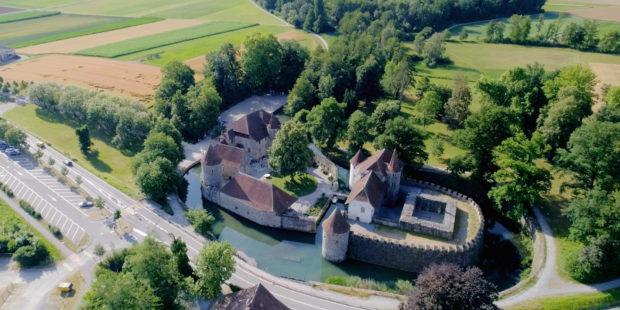 "Schloss Hallwyl. Filmstill aus ""Inseln der Schweiz (4/4). Hallwyl - Grosse Oper im Aabach"""