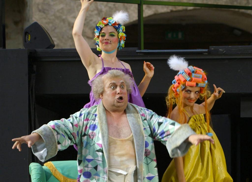 """Szenenbild aus """"La Cenerentola"""". Filmstill aus """"Inseln der Schweiz (4/4). Hallwyl - Grosse Oper im Aabach"""""""