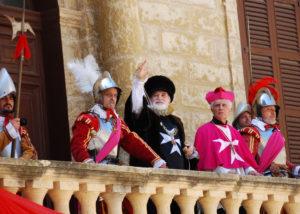 Der Großmeister des Malteserordens zeigt sich begleitet von Ordensritters auf dem Balkon des Großmeisterpalasts in Valletta
