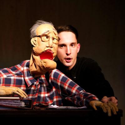 """Nikolaus Habjan mit der Puppe """"Friedrich Zawrel"""""""