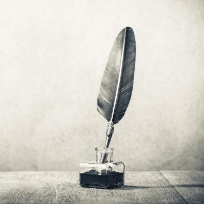 Symbolbild Musikkritik: Schreibfeder und Tintenfass