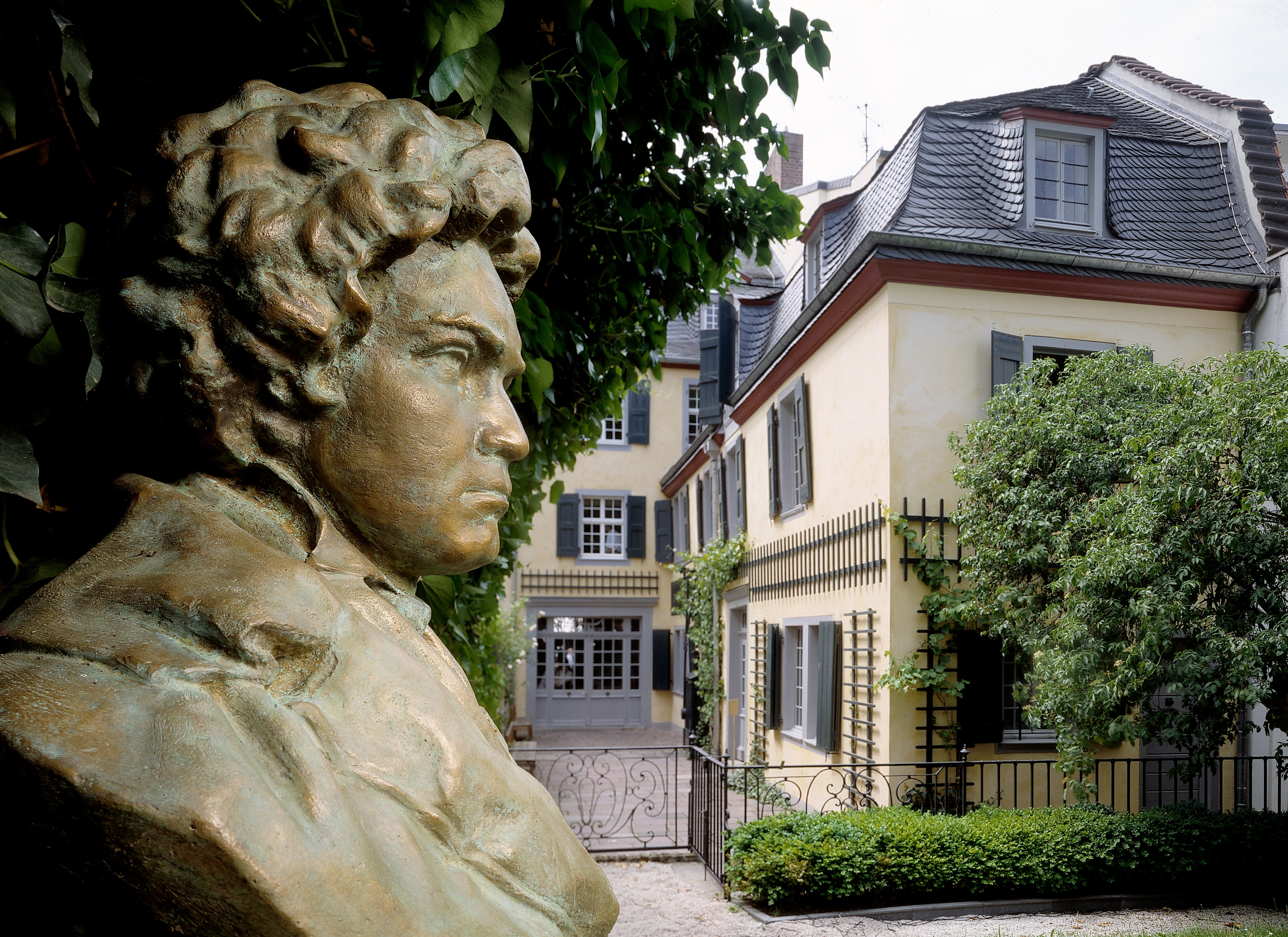 Beethoven-Büste im Garten des Bonner Beethoven-Hauses