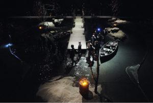 """Inszenierung von """"herzog Blaubarts Burg"""": Die Zuschauer werden vor Beginn durch den See zu ihren Plätzen geleitet"""