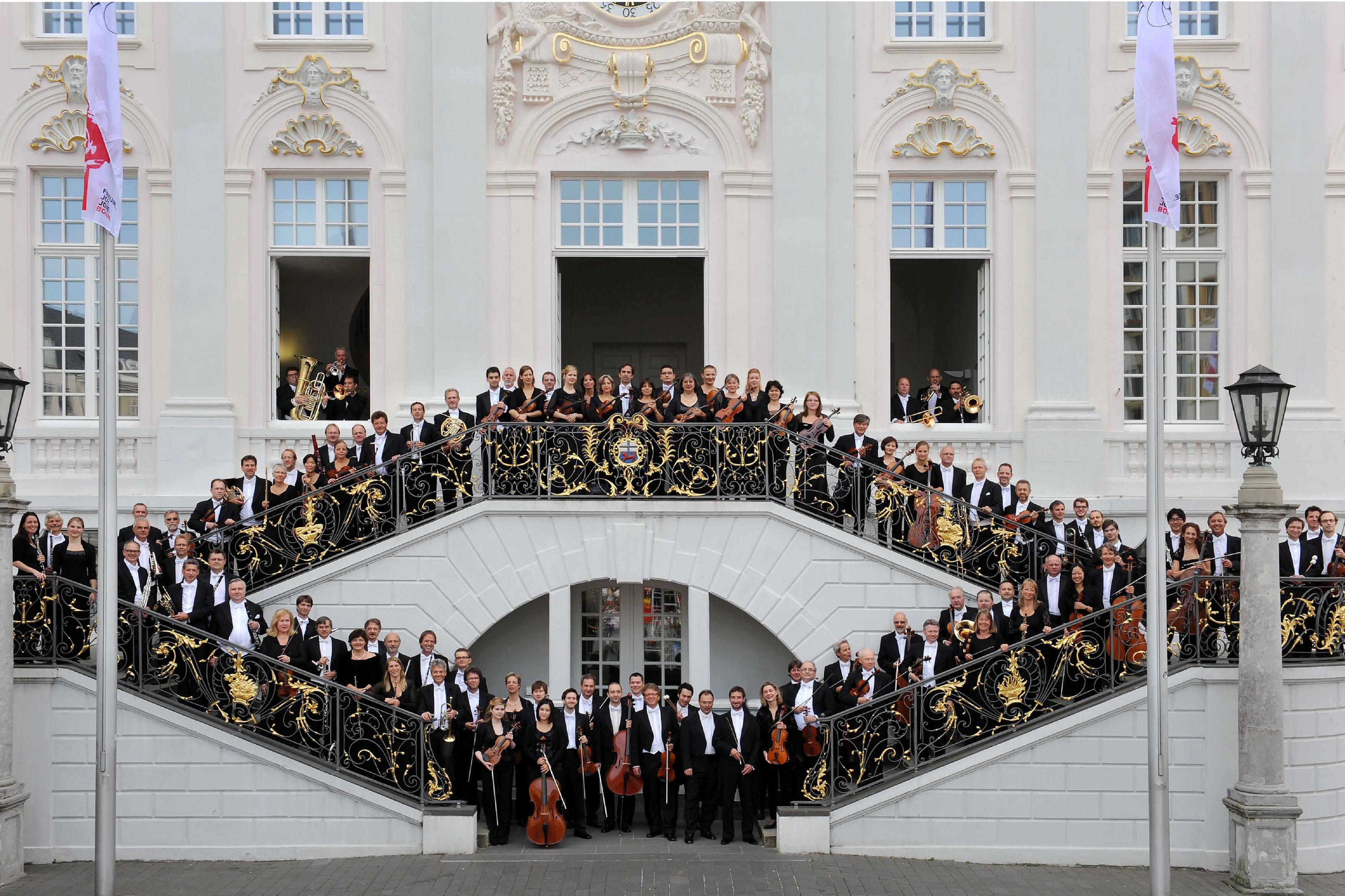 Das Beethoven Orchester Bonn auf der Treppe des Bonner Rathauses