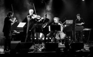 """Das Fauré Quartett und Sven Helbig (r) bei einer Aufführung der """"Pocket Symphony"""" © Nina Berfelde und Thomas Janze/TOTHO Berlin"""
