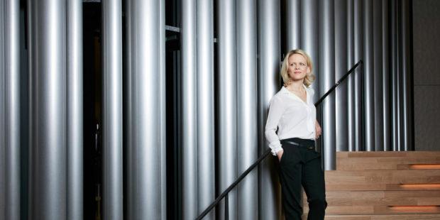 Iveta Apkalna vor der Orgel der Elbphilharmonie