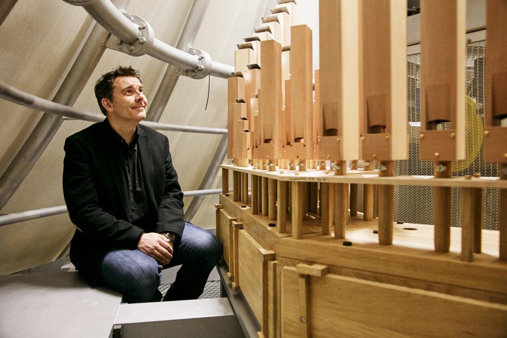 Orgelbauer Philipp Klais an der Orgel der Elbphilharmonie