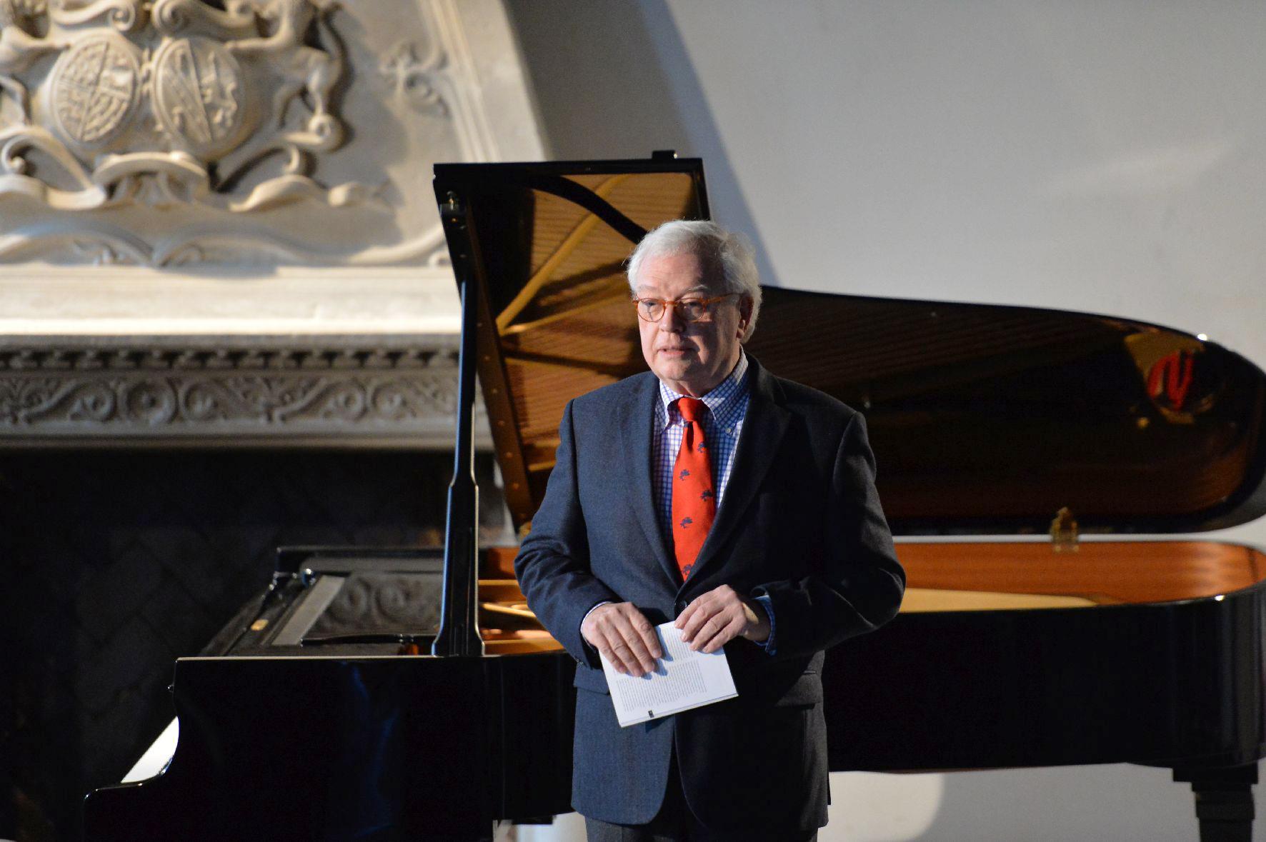 Intendant Michael Herrmann begrüßt das Konzertpublikum