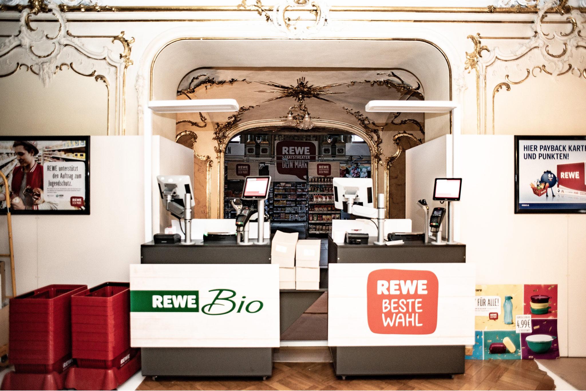 """Wiesbaden Biennale 2018: """"REWE – Dein Markt"""". Aufbau einer REWE-Filiale im Hessischen Staatstheater Wiesbaden"""