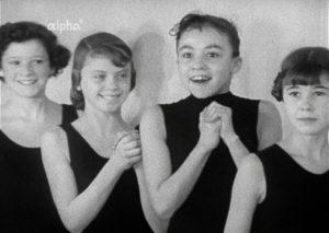 """Filmstill aus """"Mit den Füßen fängt es an – Ein Tag beim Ballett der Bayerischen Staatsoper"""""""