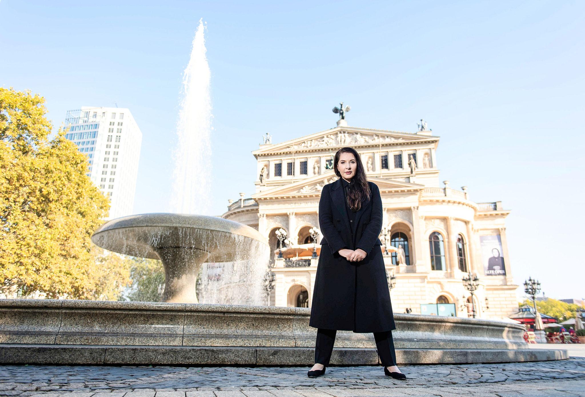 Marina Abramović vor der Alten Oper Frankfurt