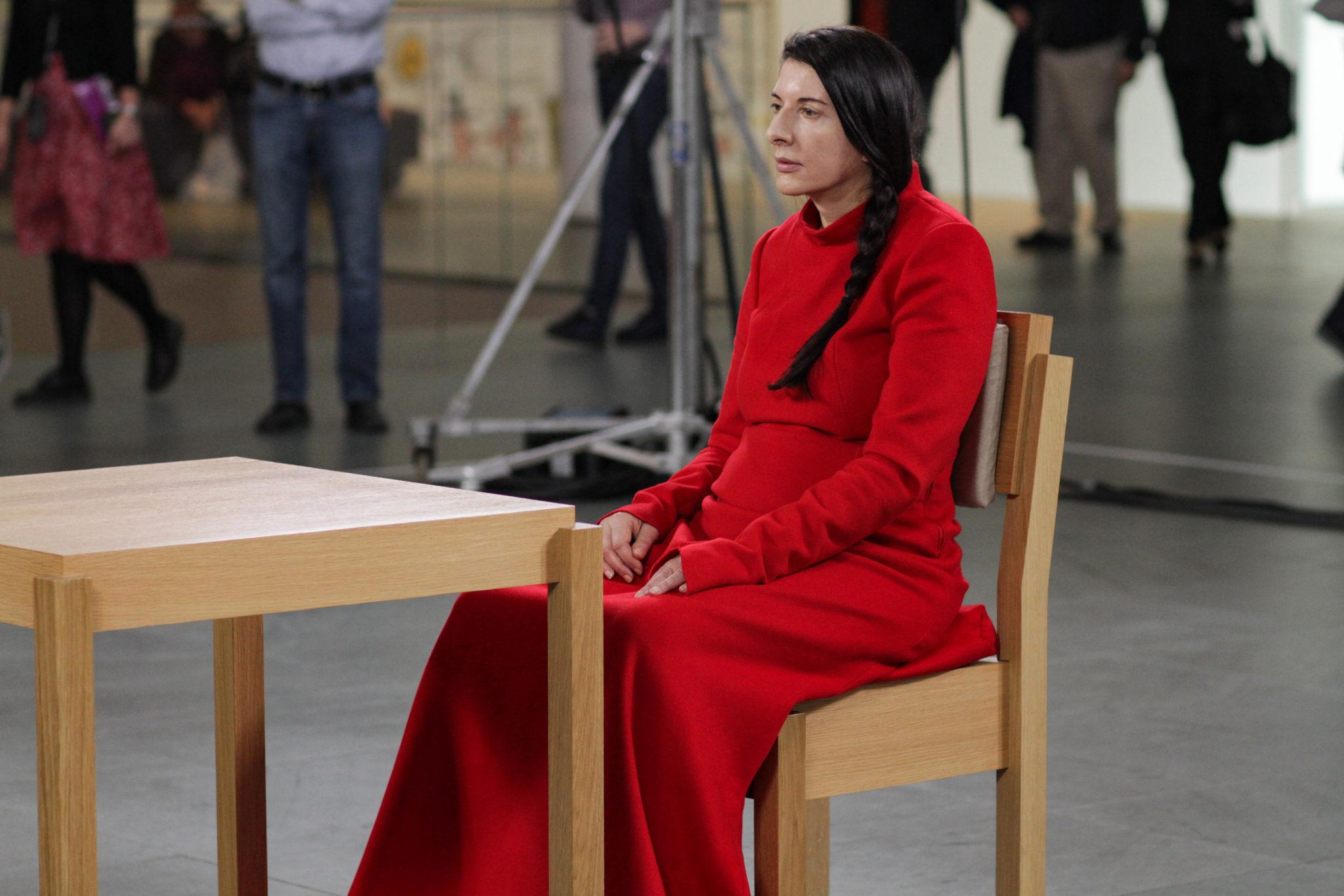 """Marina Abramović während ihrer Performance """"The Artist is Present"""" (Filmstillaus dem gleichnamigen Dokumentarfilm)"""