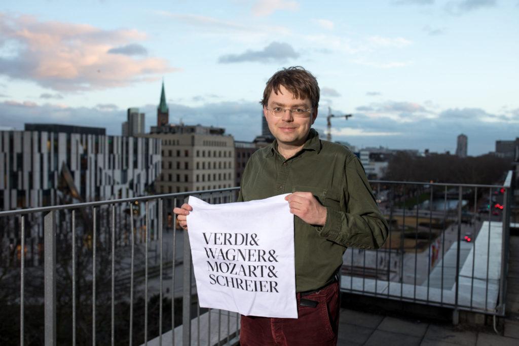 Komponist Anno Schreier mit der Vorankündigung seiner neuen Oper am Opernhaus Düsseldorf