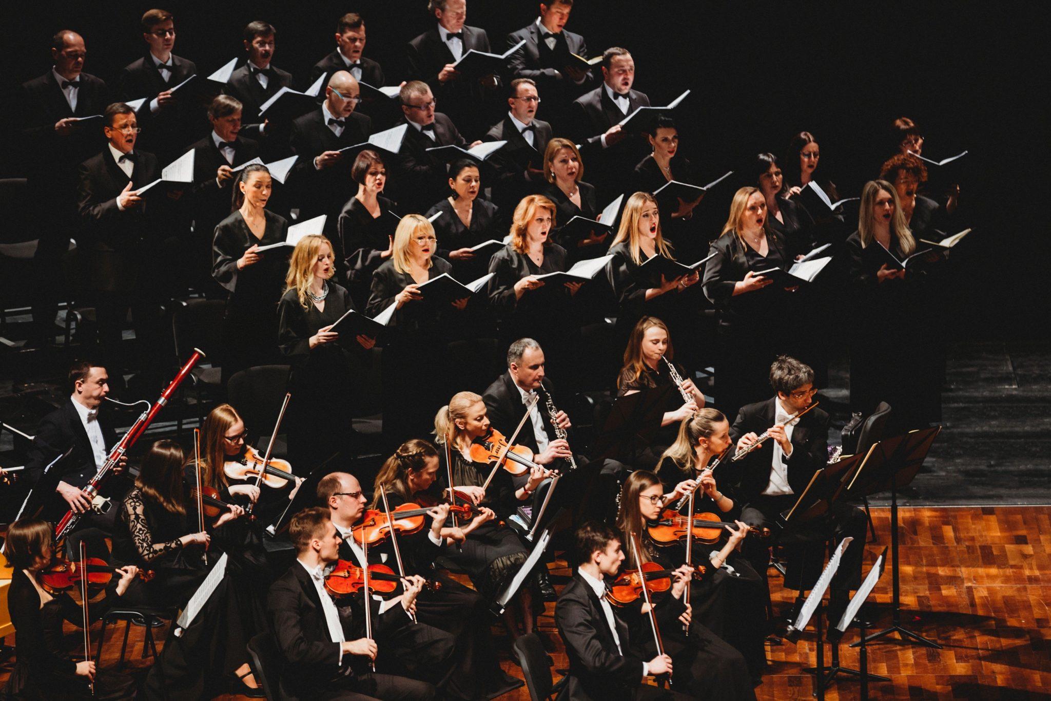 """Chor und Orchester führen Bachs """"Matthäus-Passion"""" im Festspielhaus Erl auf."""