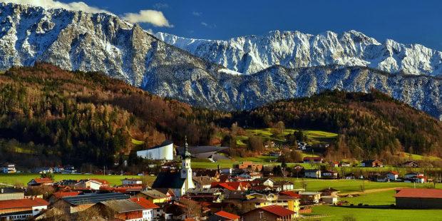 Die österreichische Gemeinde Erl in Tirol mit Bergen im Hintergrund.