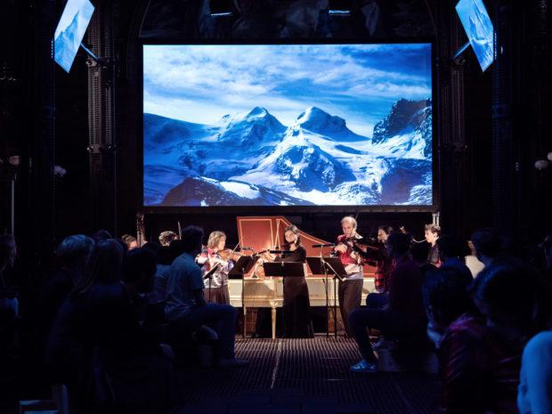 "Das Instrumentalensemble ""The Rossetti Players"" vor Videoscreen"