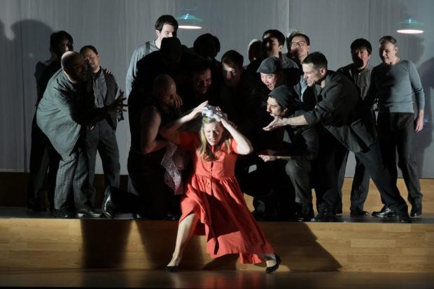 Jennifer Holloway (Grete Graumann; in rotem Kleid) und Ensemble