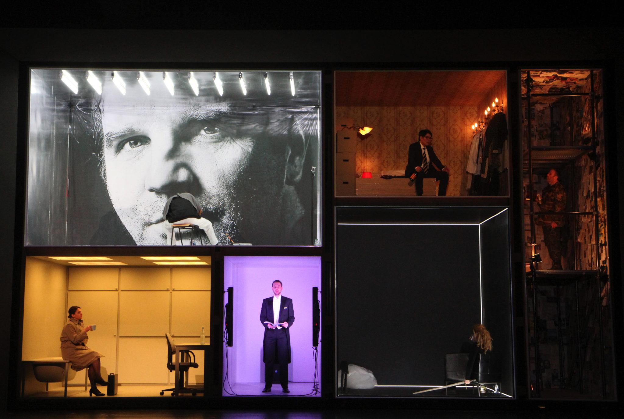 Riesensetzkasten als Bühnenbild