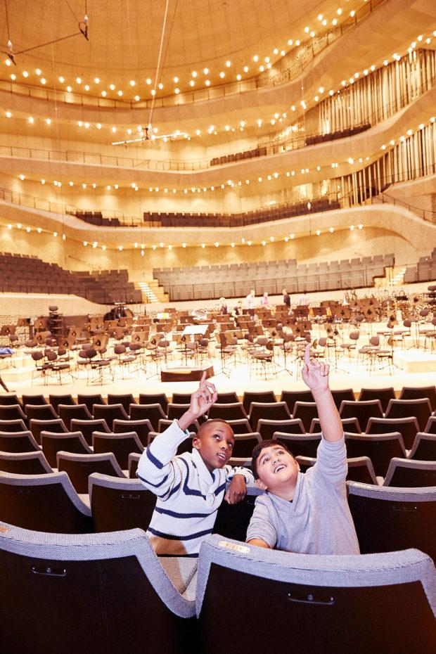 Kinder bestaunen den großen Saal der Elbphilharmonie