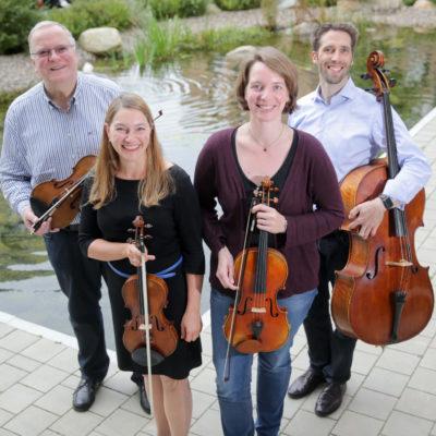 v.l.n.r.: Michael Scheele (Violine & Organisator), Anna-Margarete Kries (Violine), Mareike Stehling (Viola), Johannes Jacubeit (Violoncello)