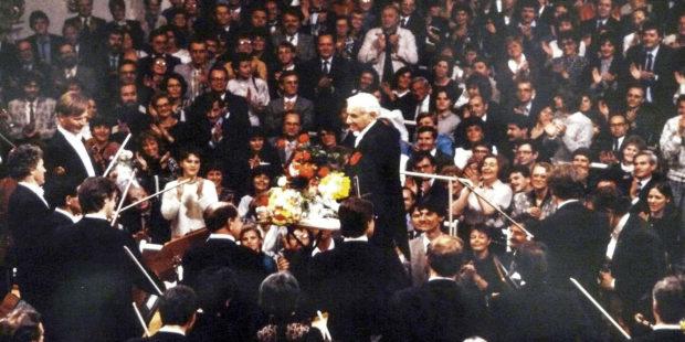 Leonard Bernstein dirigierte am ersten Weihnachtstag 1989 Beethovens neunte Sinfonie im Ost-Berliner Schauspielhaus am Gendarmenmarkt.