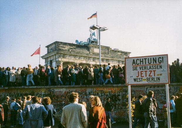 Am Tag nach dem Mauerfall stürmten die Berliner ihre verhasste Mauer