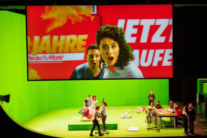 """Szenenbild aus """"Fidelio"""": Kieran Carrel (Jaquino) und Marie Heeschen (Marzelline)"""