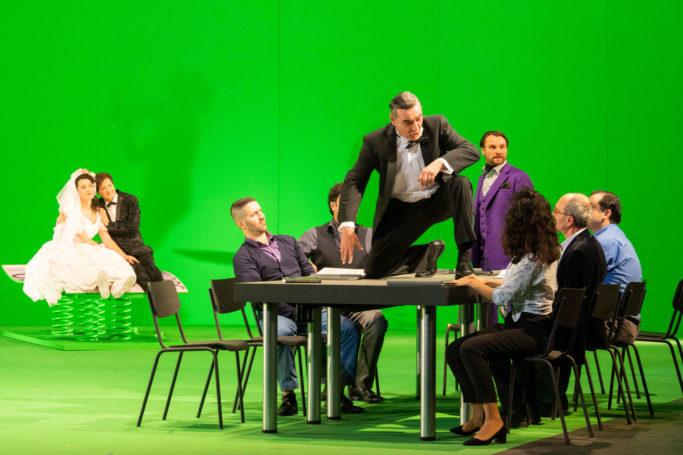 """Szenenbild aus """"Fidelio"""": Marie Heeschen (Marzelline), Martina Welschenbach (Leonore), Karl-Heinz Lehner (Rocco), Matthias Kelle (Regisseur), Zeitzeugen"""