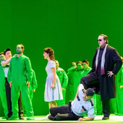 "Szenenbild aus ""Fidelio"": Kieran Carrel (Jaquino), Marie Heeschen (Marzelline), Karl-Heinz Lehner (Rocco), Mark Morouse (Don Pizarro), Martina Welschenbach (Leonore)"