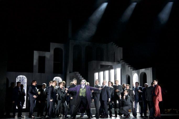Gyula Rab (Borsa Matteo), Daniel Gutmann (Marullo), Holger Ohlmann (Graf von Ceprano), Aris Argiris (Rigoletto), Alexandros Tsilogiannis (Herzog von Mantua) Herrenchor