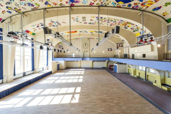 """Für das Musical """"Der Kuss der Spinnenfrau"""" wird der Kuppelsaal in ein argentinisches Gefängnis verwandelt."""