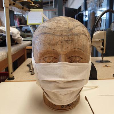Fertige Mund-Nasen-Schutz-Maske in der Kostümschneiderei des Mecklenburgischen Staatstheaters