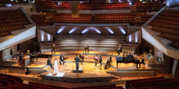 Leere Zuschauerränge, Abstandsgebot auf der Bühne: Nur so durfte das diesjährige Europakonzert der Berliner Philharmoniker stattfinden