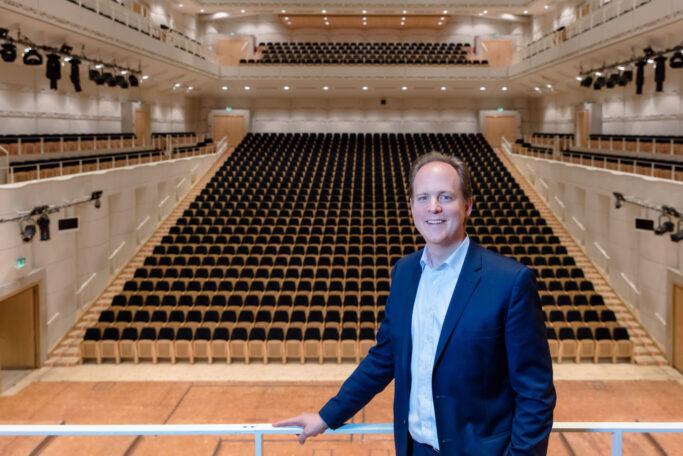 Raphael von Hoensbroech im Saal des Konzerthaus Dortmund