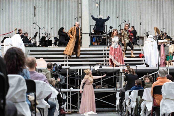 """Jonathan Doves """"Rheingold auf dem Parkdeck"""" mit Derek Welton (Wotan), Annika Schlicht (Fricka), Flurina Stucki (Freia) und Padraic Rowan (Donner/Froh)"""
