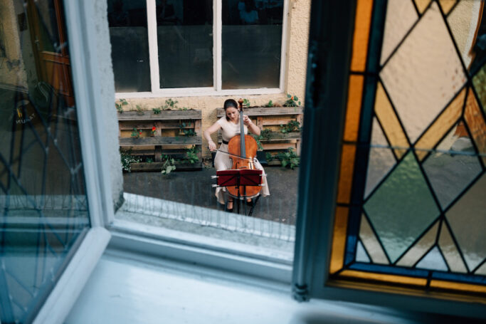 Cellistin Laura Moinian beim CouponConcert im Innenhof