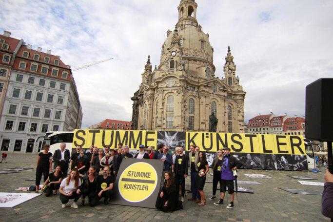 """Demonstration der Initiative """"Stumme Künstler"""" am 24. Juni 2020 vor der Frauenkirche in Dresden"""