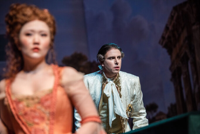 Hyejin Lee (Servilia) und Emanuele D'Aguanno (Titus)