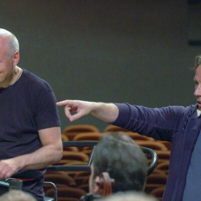 Komponist und Dirigent Kristjan Järvi (re.) neben seinem Bruder, dem Dirigenten Paavo Järvi (li.): Anlässlich des 80. Geburtstages ihres Vaters studieren sie ein ganz besonderes Stück ein.