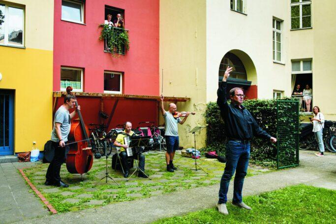 "Mit ""Selam Opera!"" organisierte Mustafa Akça 32 Konzerte in Berliner Hinterhöfen"