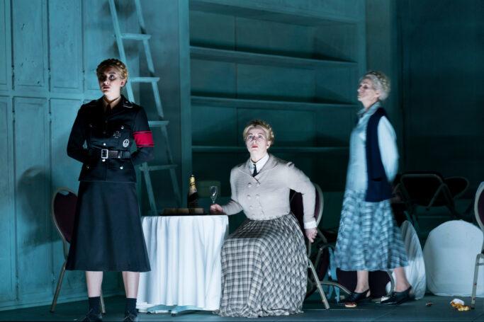 Viktoria Riedl (Junge Lisa), Dshamilja Kaiser (Lisa), Isabella Albrecht (Alte Lisa)