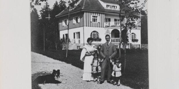 Katia und Thomas Mann mit ihren Kindern Erika, Klaus und Golo vor ihrem Landhaus in Bad Tölz im Sommer 1909